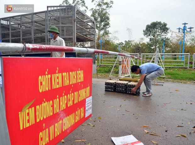 Mỗi người dân ở xã Sơn Lôi nhận 800.000 đồng tiền hỗ trợ sau 21 ngày phong toả - Ảnh 2.