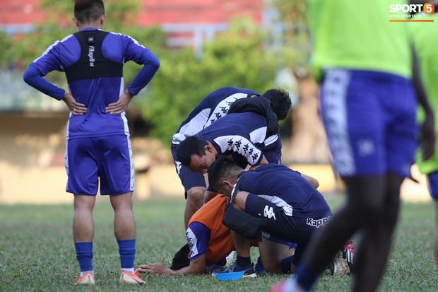 Liên tục mắc lỗi, thủ môn Bùi Tiến Dũng buồn xo trong ngày tập cùng thủ môn trẻ - Ảnh 12.