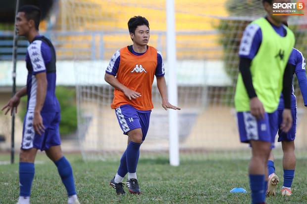 Liên tục mắc lỗi, thủ môn Bùi Tiến Dũng buồn xo trong ngày tập cùng thủ môn trẻ - Ảnh 13.