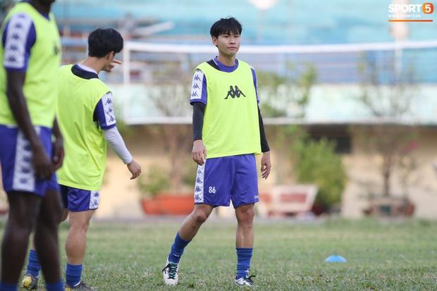 Liên tục mắc lỗi, thủ môn Bùi Tiến Dũng buồn xo trong ngày tập cùng thủ môn trẻ - Ảnh 14.