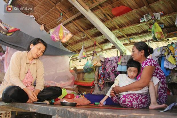 Chê vợ nghèo không xứng, chồng bỏ vợ cùng đứa con trai 9 tuổi bị bại não để đi tìm hạnh phúc mới - Ảnh 1.