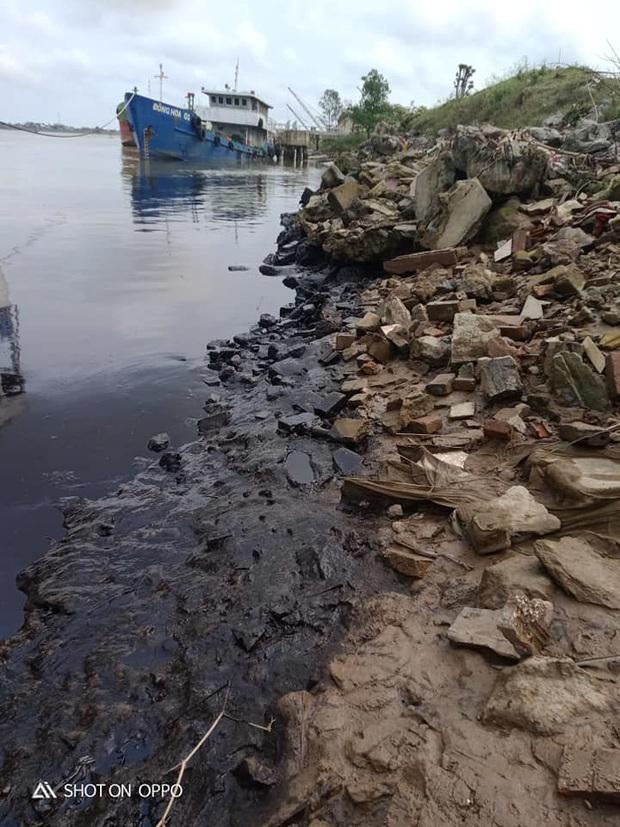 Người dân tá hỏa phát hiện dầu luyn đen ngòm tràn dọc bờ sông - Ảnh 1.
