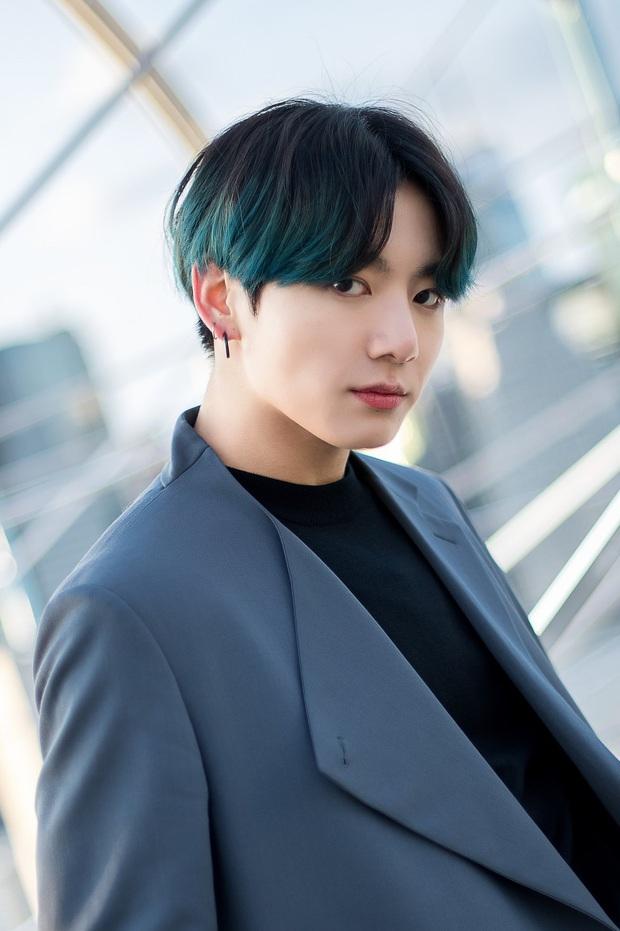 Chỉ 1 hành động nhỏ ở sân khấu kết thúc Music Bank, tính cách thật của em út vàng Jungkook (BTS) đã được hé lộ - Ảnh 5.