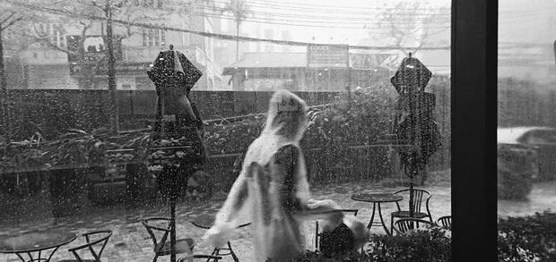 Du khách nước ngoài kêu trời vì gặp cơn mưa lớn bất chợt ở Hà Nội, còn chia sẻ loạt khoảnh khắc cực khó đỡ - Ảnh 6.