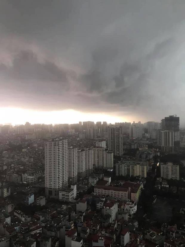 Du khách nước ngoài kêu trời vì gặp cơn mưa lớn bất chợt ở Hà Nội, còn chia sẻ loạt khoảnh khắc cực khó đỡ - Ảnh 2.