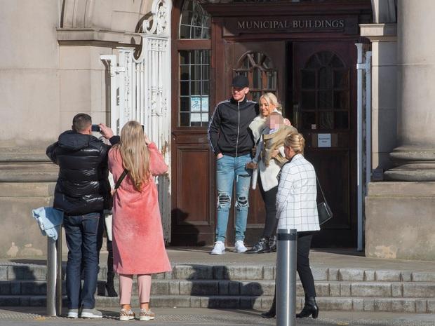 Thủ môn số 1 nước Anh gây sốc với diện mạo trong ngày kết hôn với bạn gái 12 năm: Miệng thì quên cạo râu, chân lại mang quần jeans rách - Ảnh 5.