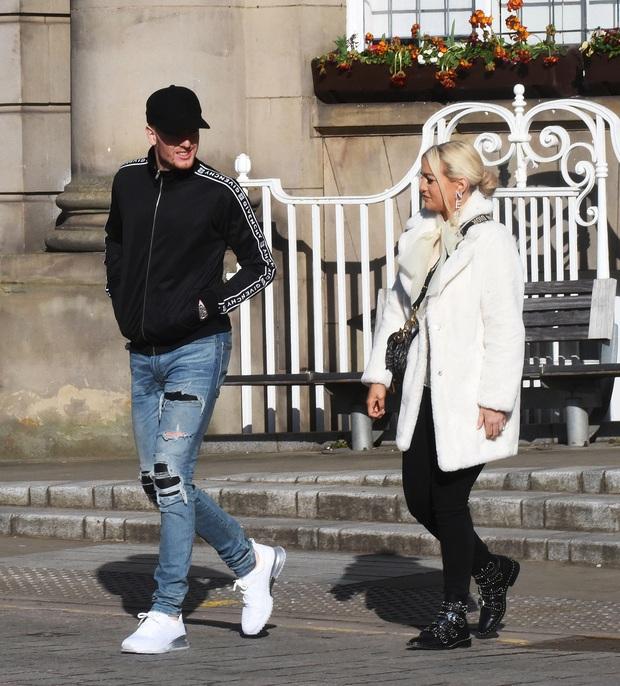 Thủ môn số 1 nước Anh gây sốc với diện mạo trong ngày kết hôn với bạn gái 12 năm: Miệng thì quên cạo râu, chân lại mang quần jeans rách - Ảnh 3.