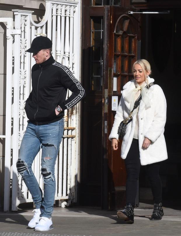 Thủ môn số 1 nước Anh gây sốc với diện mạo trong ngày kết hôn với bạn gái 12 năm: Miệng thì quên cạo râu, chân lại mang quần jeans rách - Ảnh 2.