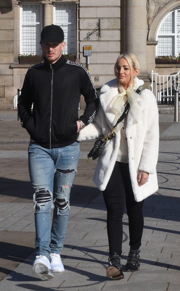 Thủ môn số 1 nước Anh gây sốc với diện mạo trong ngày kết hôn với bạn gái 12 năm: Miệng thì quên cạo râu, chân lại mang quần jeans rách - Ảnh 1.