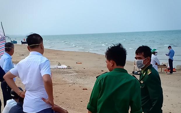 Phát hiện thi thể người đàn ông không mặc áo trôi dạt ở bờ biển - Ảnh 1.