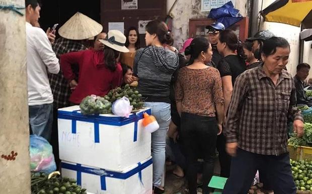 Người dân vây giữ một phụ nữ nghi vào chợ thôi miên lấy cả chục triệu đồng của tiểu thương - Ảnh 1.