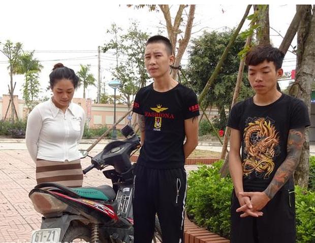 2 thanh niên xăm trổ cùng 1 cô gái gây ra liên tiếp 13 vụ cướp dây chuyền, điện thoại - Ảnh 1.