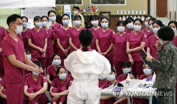 Hàn Quốc: 31 người đã tử vong, gần 5200 trường hợp xác nhận nhiễm virus corona - Ảnh 3.