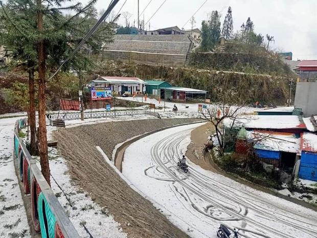 Mưa đá chưa từng thấy ở Lai Châu: Từng hạt to như viên bi, phủ trắng khắp nơi như tuyết - Ảnh 2.