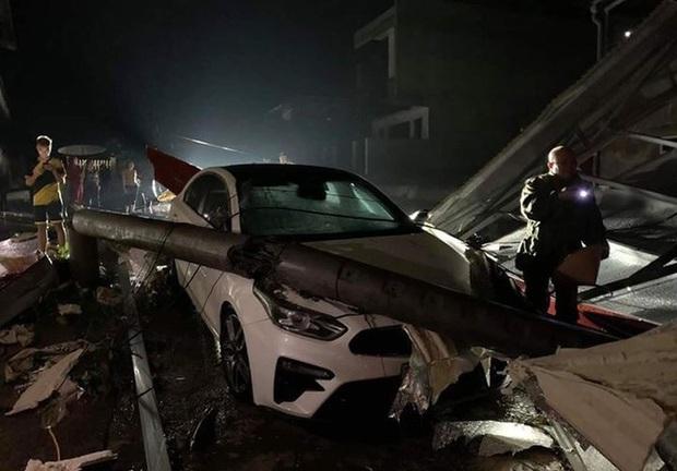 Mưa lốc kinh hoàng ở Yên Bái: Hàng loạt ô tô bị đè bẹp, trên 2.000 nhà tốc mái - Ảnh 2.