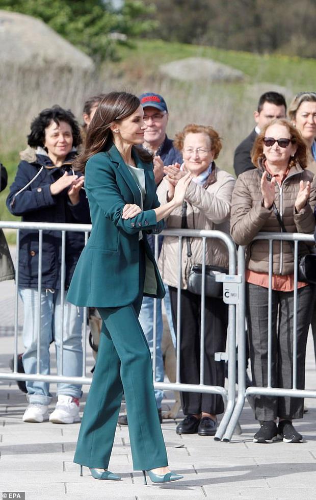 Học ngay 5 tuyệt chiêu diện suit từ nữ nhân mặc suit đẹp nhất giới Hoàng gia - Hoàng hậu Tây Ban Nha Letizia - Ảnh 1.