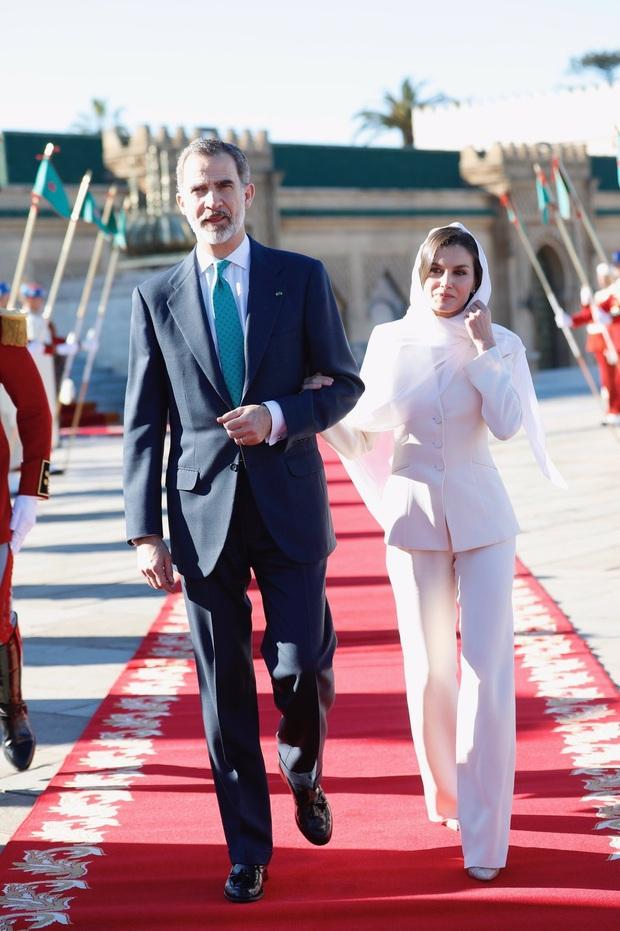Học ngay 5 tuyệt chiêu diện suit từ nữ nhân mặc suit đẹp nhất giới Hoàng gia - Hoàng hậu Tây Ban Nha Letizia - Ảnh 2.