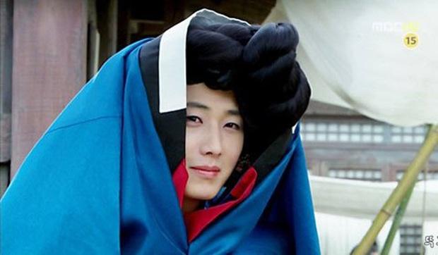 5 màn giả gái thấy cưng trên phim Hàn: Chàng Nokdu đẹp ngất ngây nhưng ám ảnh nhất vẫn là bạn gái Park Seo Joon - Ảnh 14.