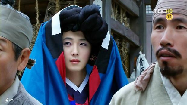 5 màn giả gái thấy cưng trên phim Hàn: Chàng Nokdu đẹp ngất ngây nhưng ám ảnh nhất vẫn là bạn gái Park Seo Joon - Ảnh 15.