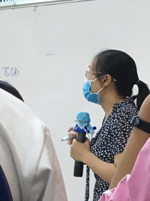 Đi dạy học trong mùa Covid-19, cô giáo cẩn thận phòng dịch theo cách siêu bá đạo, thách thức mọi loại virus bén mảng - Ảnh 1.