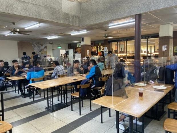 """Sợ sinh viên lây nhiễm virus Covid-19 trong lúc ngồi ăn cơm, một trường đại học ra thông báo cực độc cùng biện pháp tránh dịch có """"1-0-2"""" - Ảnh 1."""