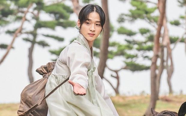 5 màn giả gái thấy cưng trên phim Hàn: Chàng Nokdu đẹp ngất ngây nhưng ám ảnh nhất vẫn là bạn gái Park Seo Joon - Ảnh 7.