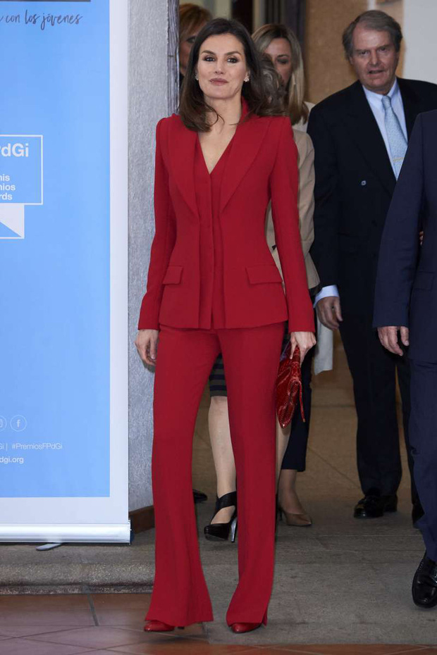 Học ngay 5 tuyệt chiêu diện suit từ nữ nhân mặc suit đẹp nhất giới Hoàng gia - Hoàng hậu Tây Ban Nha Letizia - Ảnh 6.