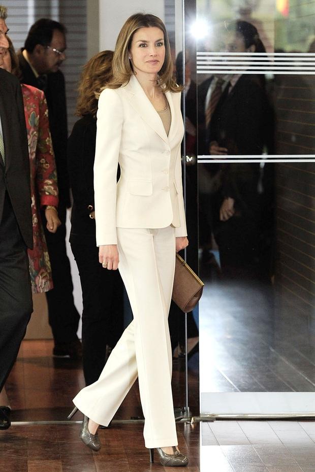 Học ngay 5 tuyệt chiêu diện suit từ nữ nhân mặc suit đẹp nhất giới Hoàng gia - Hoàng hậu Tây Ban Nha Letizia - Ảnh 7.