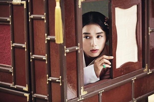 5 màn giả gái thấy cưng trên phim Hàn: Chàng Nokdu đẹp ngất ngây nhưng ám ảnh nhất vẫn là bạn gái Park Seo Joon - Ảnh 11.