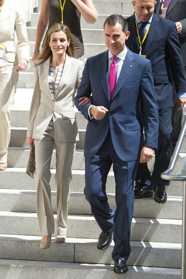 Học ngay 5 tuyệt chiêu diện suit từ nữ nhân mặc suit đẹp nhất giới Hoàng gia - Hoàng hậu Tây Ban Nha Letizia - Ảnh 8.
