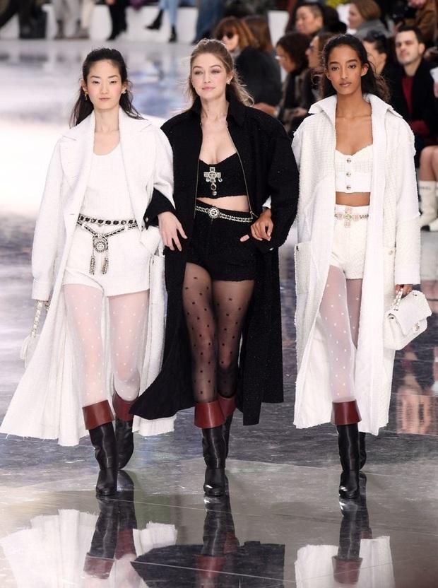 """Sàn catwalk tráng gương dài tận 340 mét của Chanel hoành tráng nhưng không khiến giới mộ điệu """"wow"""" như mùa rồi - Ảnh 5."""