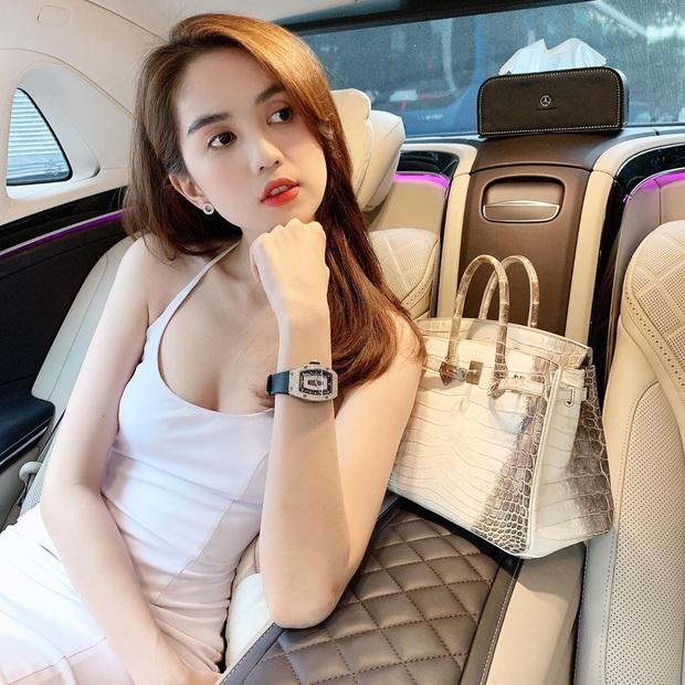 Độ sexy thì có thể ngang ngửa nhưng xét về độ chịu chi khi vung gần 7 tỷ mua phụ kiện thì Ngọc Trinh chặt đẹp Jun Vũ - Ảnh 1.