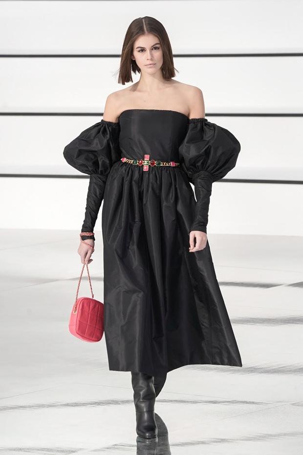 """Sàn catwalk tráng gương dài tận 340 mét của Chanel hoành tráng nhưng không khiến giới mộ điệu """"wow"""" như mùa rồi - Ảnh 7."""