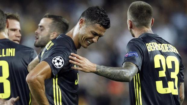 Ronaldo từng càu nhàu vì phải chuộc lỗi với tất cả đồng đội, sau đó lại ghi điểm bằng món quà giá trị - Ảnh 1.