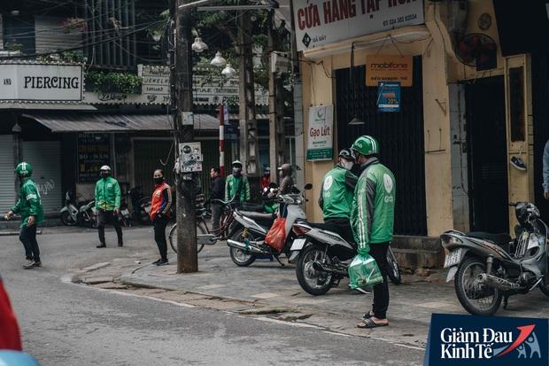 Trái với cảnh đường phố Hà Nội vắng tanh là một cuộc sống khác: ở nhiều hàng quán vẫn tấp nập cảnh shipper đi giao đồ ăn - Ảnh 5.