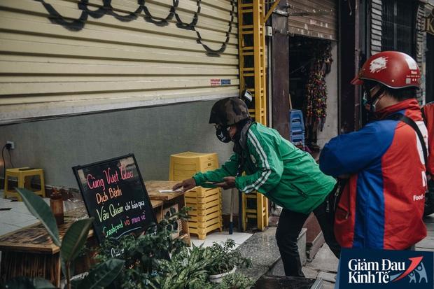 Trái với cảnh đường phố Hà Nội vắng tanh là một cuộc sống khác: ở nhiều hàng quán vẫn tấp nập cảnh shipper đi giao đồ ăn - Ảnh 7.
