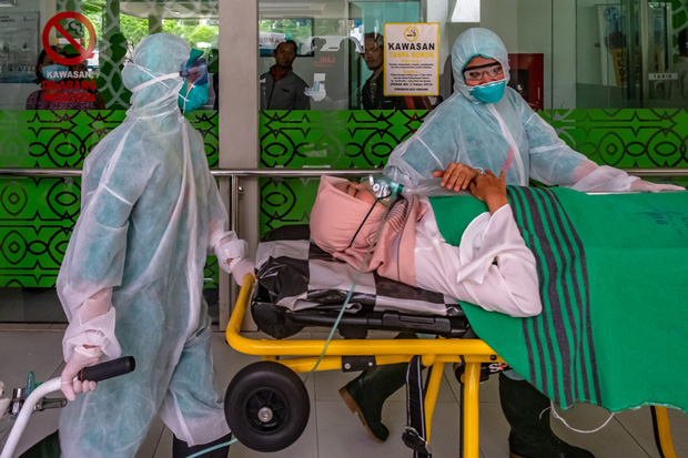 Thiếu thốn vật tư y tế và nhân lực trầm trọng, nhiều y tá Indonesia phải mặc áo mưa hoặc lộn ngược trang phục để sử dụng nhiều lần - Ảnh 4.