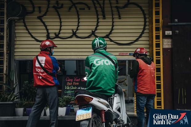 Trái với cảnh đường phố Hà Nội vắng tanh là một cuộc sống khác: ở nhiều hàng quán vẫn tấp nập cảnh shipper đi giao đồ ăn - Ảnh 8.