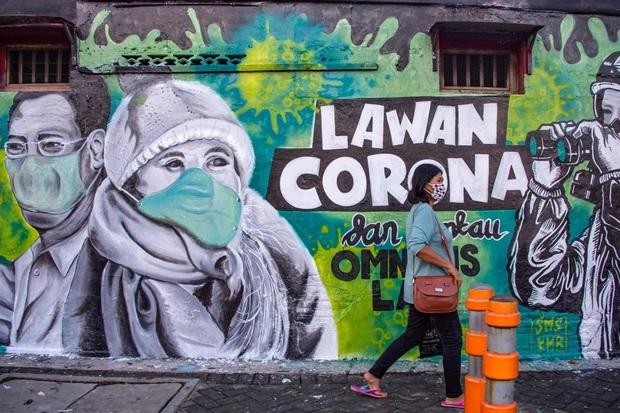 Thiếu thốn vật tư y tế và nhân lực trầm trọng, nhiều y tá Indonesia phải mặc áo mưa hoặc lộn ngược trang phục để sử dụng nhiều lần - Ảnh 1.