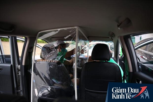 Cận cảnh hình ảnh xe taxi công nghệ lắp vách ngăn bằng tấm nhựa giúp phòng ngừa dịch Covid-19 - Ảnh 4.