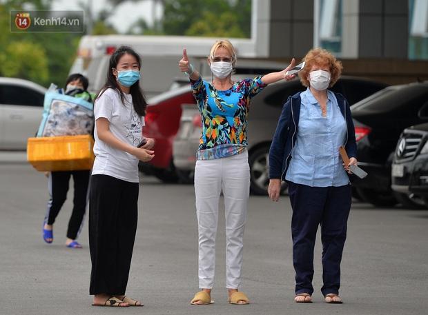 Bệnh nhân 24 rơm rớm nước mắt trong ngày khỏi bệnh: Tôi từng nghĩ mình đã cận kề cái chết, nhưng các bác sĩ Việt Nam đã cứu tôi - Ảnh 2.