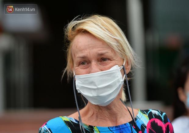Bệnh nhân 24 rơm rớm nước mắt trong ngày khỏi bệnh: Tôi từng nghĩ mình đã cận kề cái chết, nhưng các bác sĩ Việt Nam đã cứu tôi - Ảnh 3.