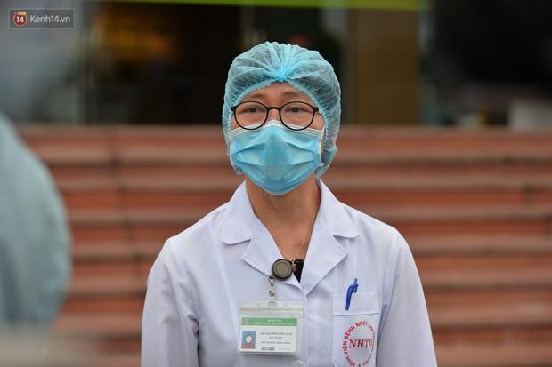 Bệnh nhân 24 rơm rớm nước mắt trong ngày khỏi bệnh: Tôi từng nghĩ mình đã cận kề cái chết, nhưng các bác sĩ Việt Nam đã cứu tôi - Ảnh 9.