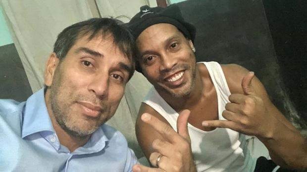 Ronaldinho lại khiến fan trầm trồ bằng màn dùng chân chơi bóng chuyền trong tù - Ảnh 2.