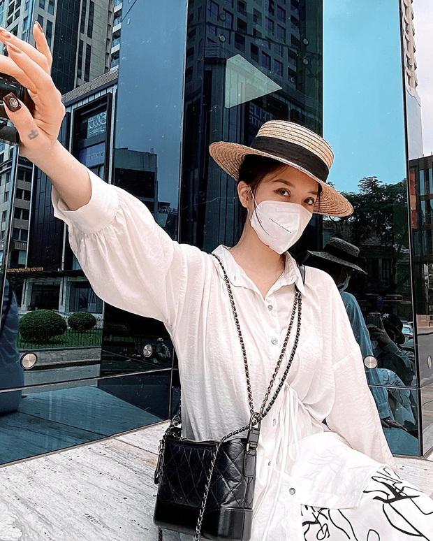 """Muôn kiểu lên đồ của hội gái xinh mùa dịch: Người sống ảo tại gia, người khoe street style khá """"rén"""" - Ảnh 10."""