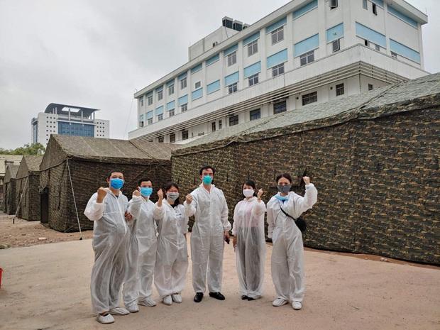 Bệnh viện Bạch Mai xây dựng 2 khu dã chiến trong đêm - Ảnh 1.
