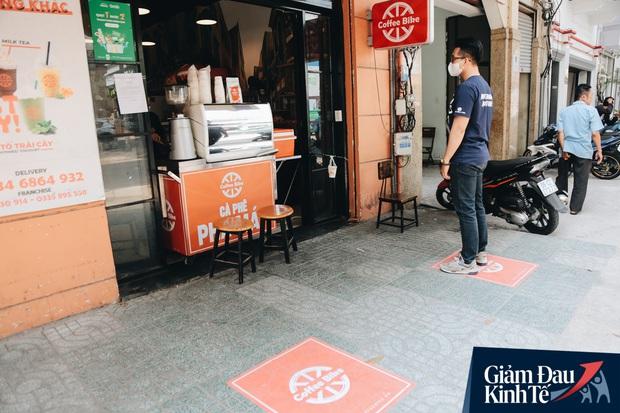 Giữ khoảng cách an toàn mùa Covid-19: Dùng cần câu cá để... bán cafe, shipper ngồi cách nhau 2m khi chờ mua cơm giao cho khách - Ảnh 2.