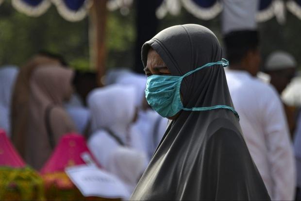 Thiếu thốn vật tư y tế và nhân lực trầm trọng, nhiều y tá Indonesia phải mặc áo mưa hoặc lộn ngược trang phục để sử dụng nhiều lần - Ảnh 3.