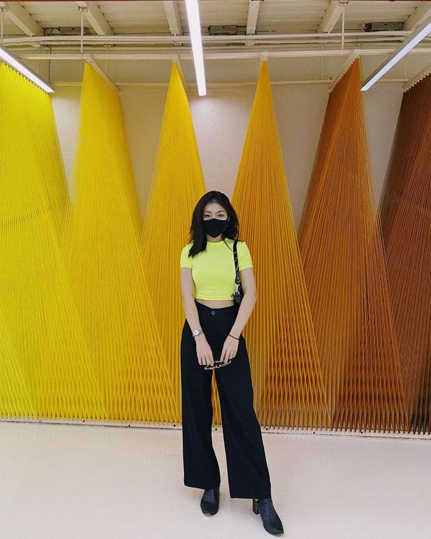 """Muôn kiểu lên đồ của hội gái xinh mùa dịch: Người sống ảo tại gia, người khoe street style khá """"rén"""" - Ảnh 9."""