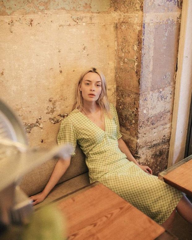 Thần chú sang chảnh hóa phong cách của phụ nữ Pháp chính là váy áo cổ V: Bạn diện theo là lên đời style tức thì - Ảnh 2.